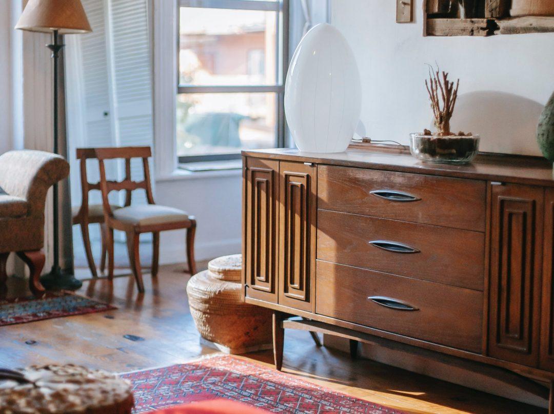 Un aparador, con estilo totalmente diferente, puede destacar sobre el resto de muebles del salón.