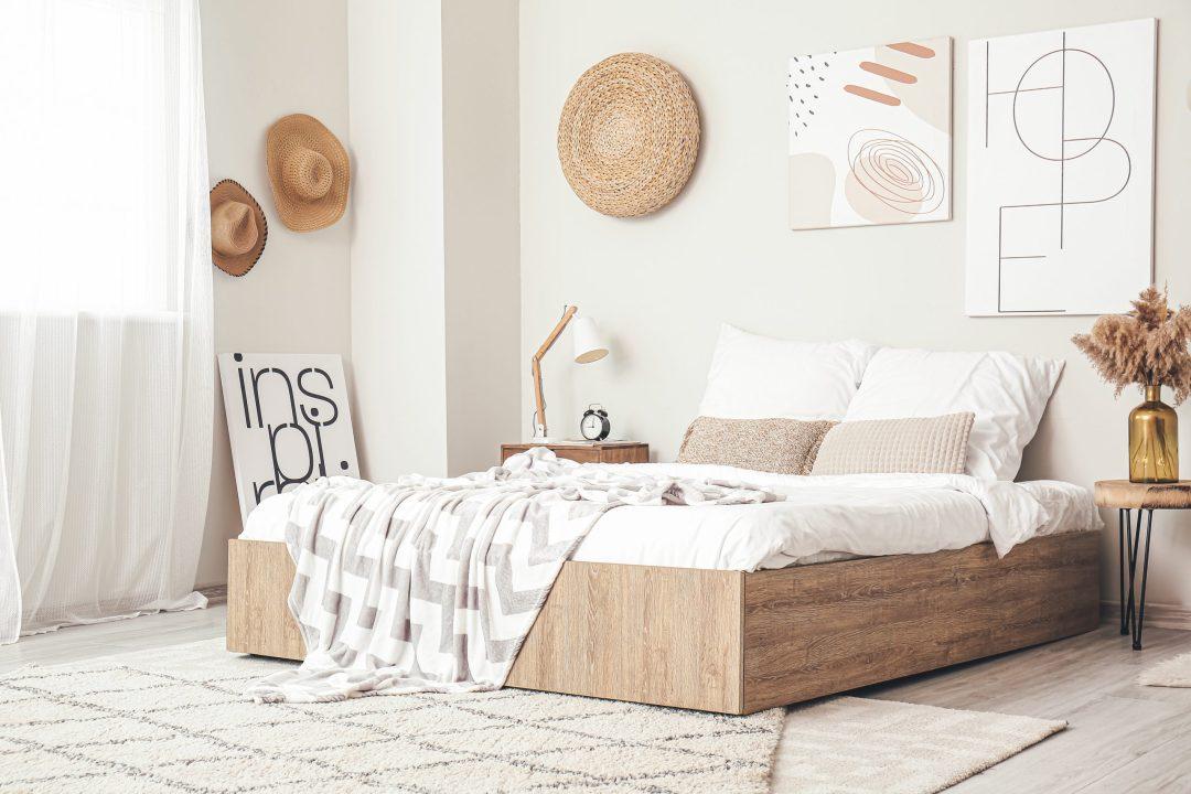 Puedes crear un ambiente mediterráneo con cestas y lámparas de mimbre, cortinas de lino y cojines de algodón.